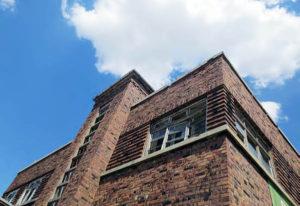 Auch die Abwesenheit jeglicher Entwässerung auf den Hauptfassaden betont den kubischen Charakter des Gebäudes. (Foto Grunwald)