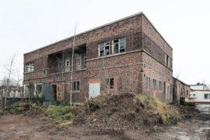 Der Milchhof von Osten. Die Fenster entsprechen nicht mehr ihrer bauzeitlichen Form und Anordnung. Sie sind verkleinert oder zugemauert worden.